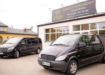 Zdjęcie z zewnątrz siedziby i samochodów zakładu pogrzebowego Funeral w Pułtusku