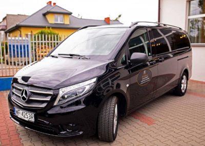 Zdjęcie z zewnątrz siedziby i samochodu pogrzebowego zakładu Funeral w Pułtusku