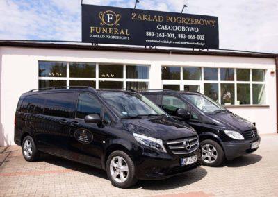 Auta oraz siedziba zakładu pogrzebowego w Pułtusku
