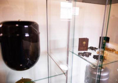 Urny i inne akcesoria pogrzebowe zakładu Funeral w Pułtusku